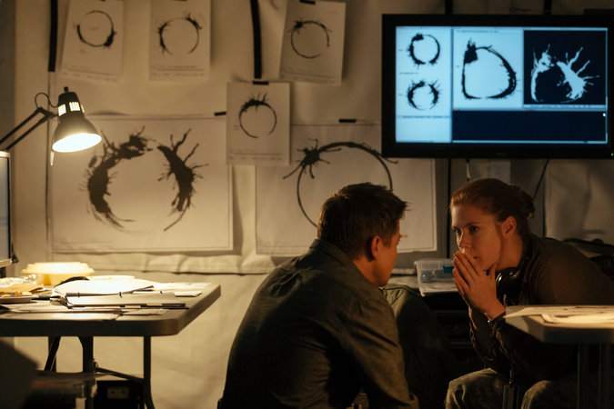 Jeremy Renner and Amy Adams in Arrival (2016)